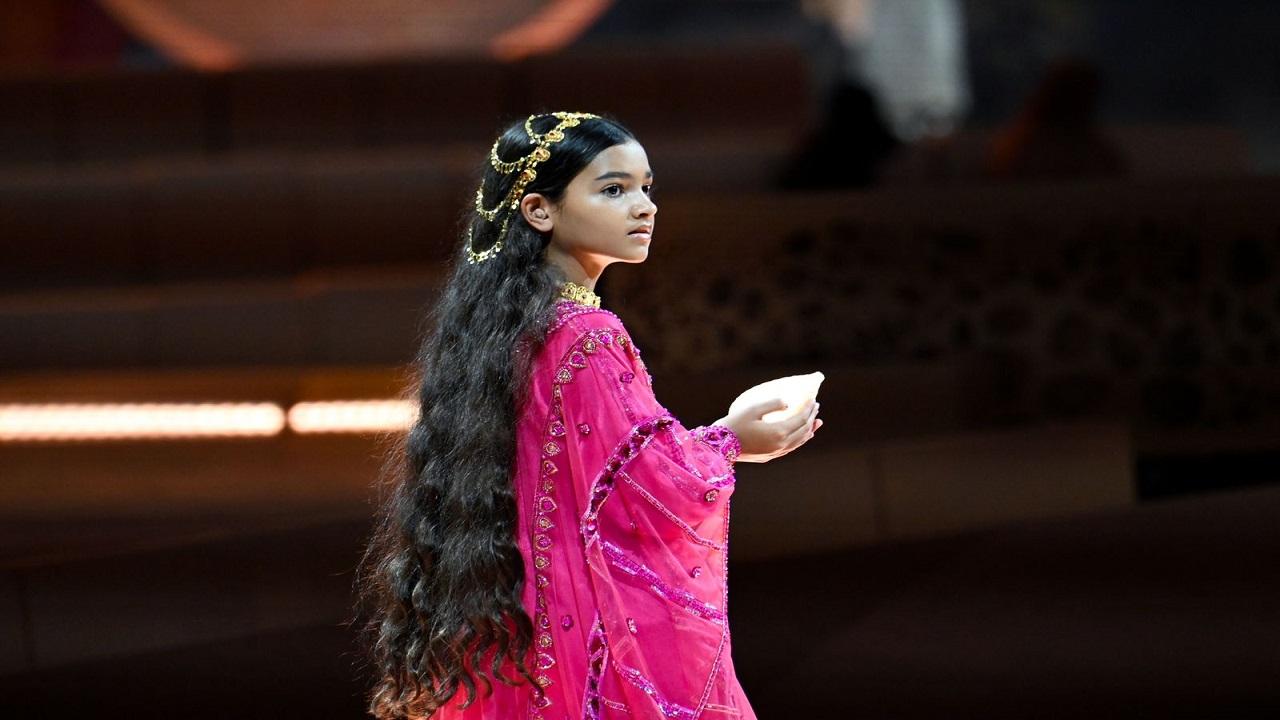 صور.. طفلة تسحر الجمهور في حفل افتتاح إكسبو 2020