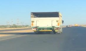 شاهد.. قائد شاحنة يقود بسرعة عالية ويعرض حياة الآخرين للخطر