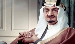 صورة نادرة للملك فيصل خلال افتتاحه مصانع الأسـلحة الخفيفة