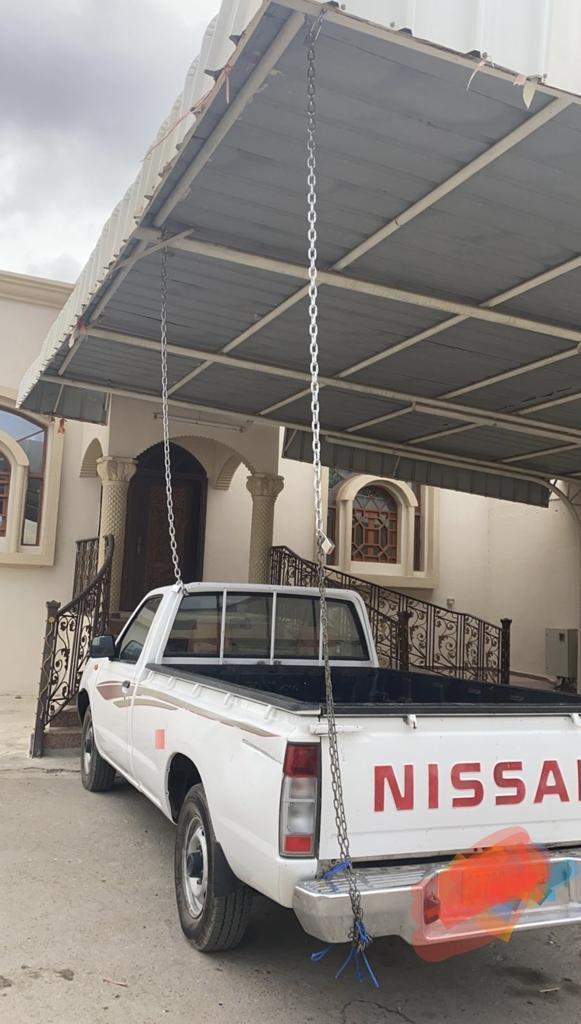 عماني يربط سيارته بالسلاسل خوفًا من الإعصار