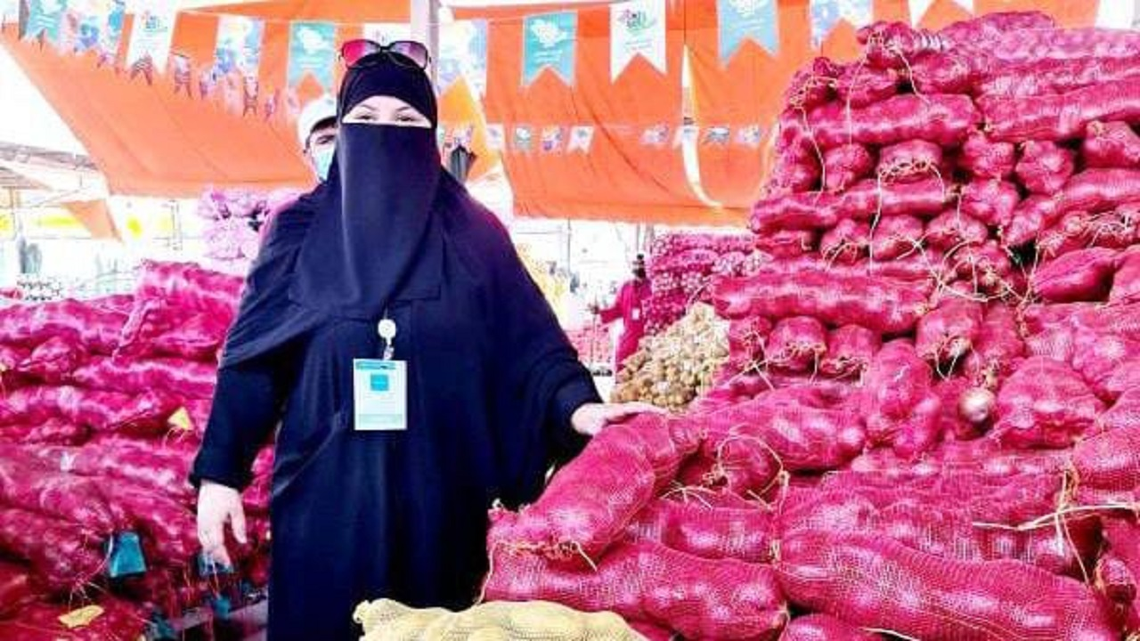 بالفيديو.. أول مواطنة تحصل على رخصة الدلالة بسوق الخضار والفاكهة تروي تجربتها