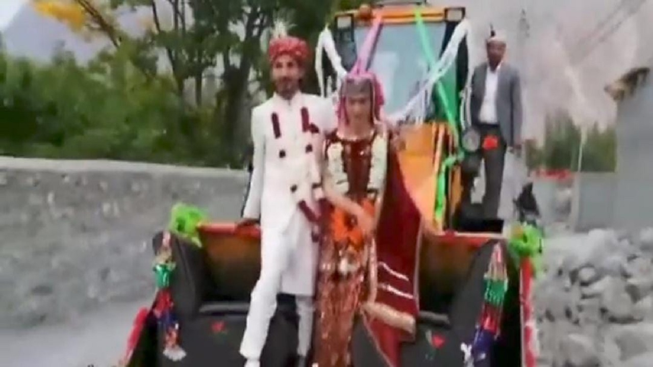 بالفيديو.. عروسان يدخلان إلى حفل زفافهما مرفوعان في الهواء