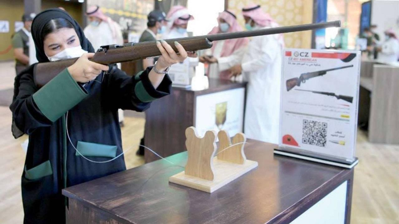 إقبال نسائي لافت على على أجنحة الأسلحة بمعرض الصقور