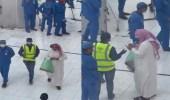 فيديو.. مواطن يوزع أموالًا على العاملين في الحرم المكي
