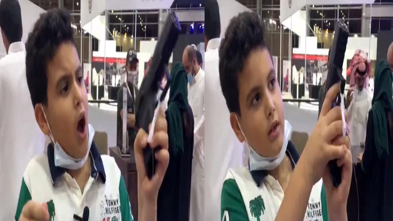 فيديو.. ردة فعل طفل شاهد سلاحًا حقيقيًا لأول مرة