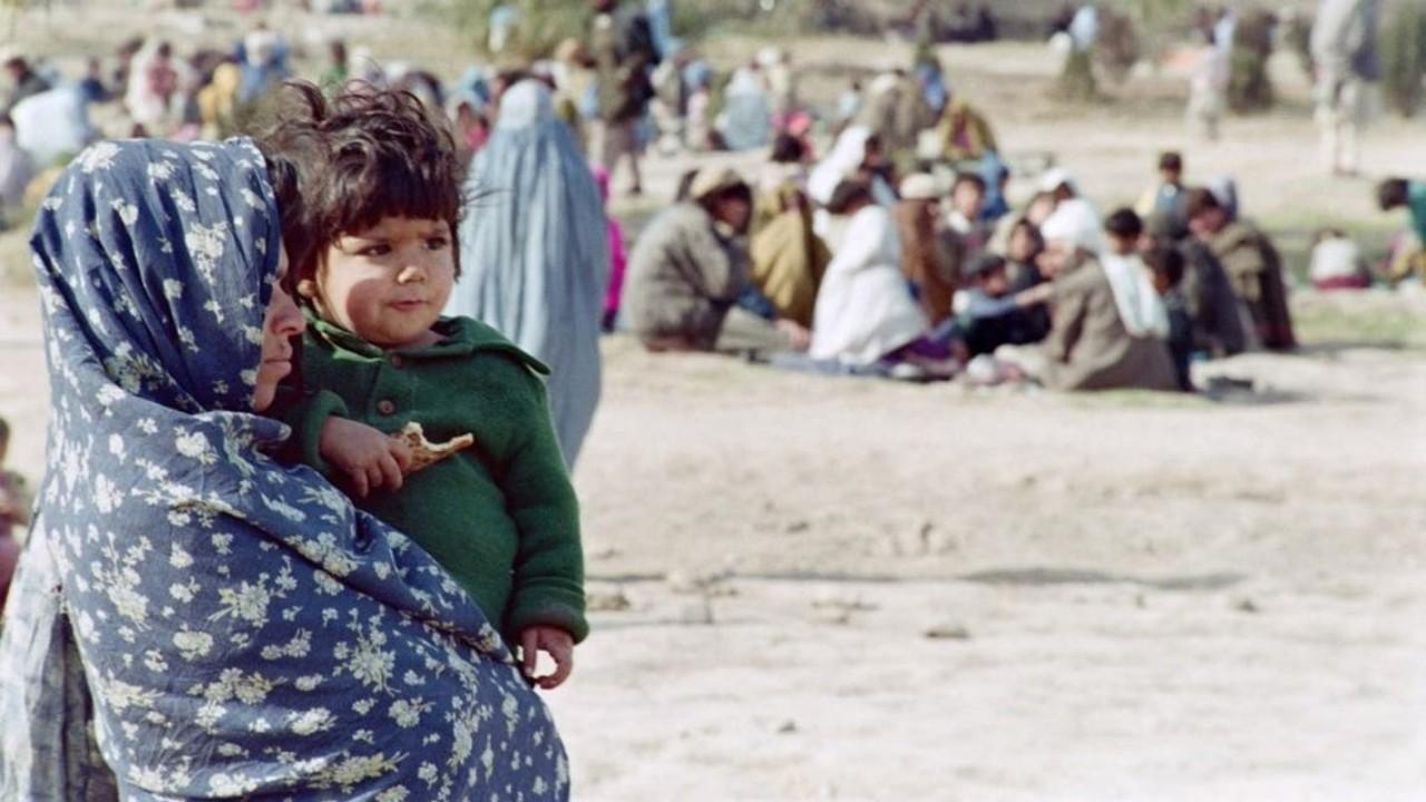 أم أفغانية تضطر لبيع رضيعها من أجل علاج طفلتها