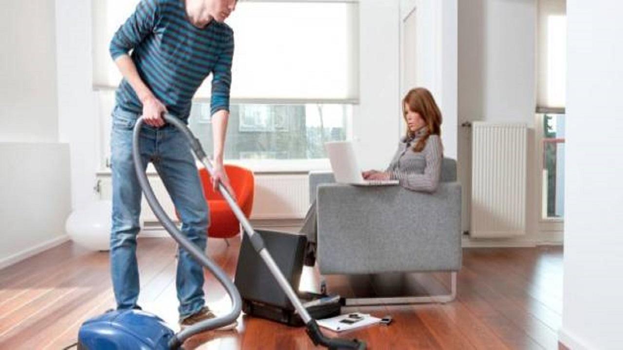 رجل يقرر القيام بالأعمال المنزلية وإنفاق زوجته عليه
