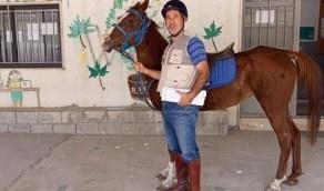 """بالصور.. معلم لبناني يلجأ لـ """"حصان"""" للتغلب على أزمة البنزين"""