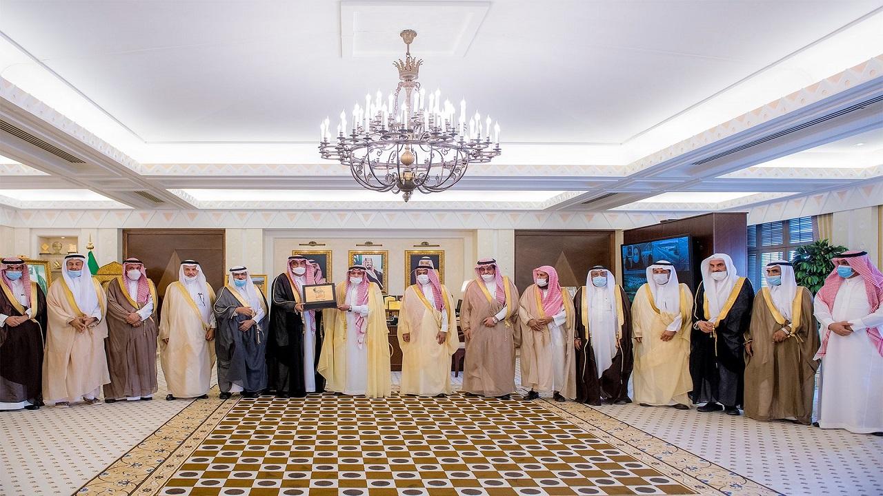 بالصور.. أمير القصيم يستقبل رئيس مجلس أمناء مؤسسة قدوات عطاء ووفاء للوطن