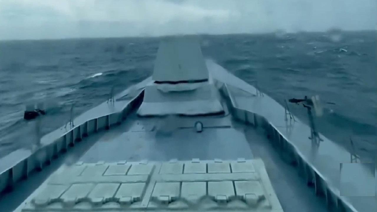 """بالفيديو.. لحظة دخول إحدى سفن """"جلالة الملك"""" الحربية داخل إعصار شاهين"""