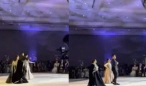 بالفيديو.. عريس يرقص مع والدته وحماته