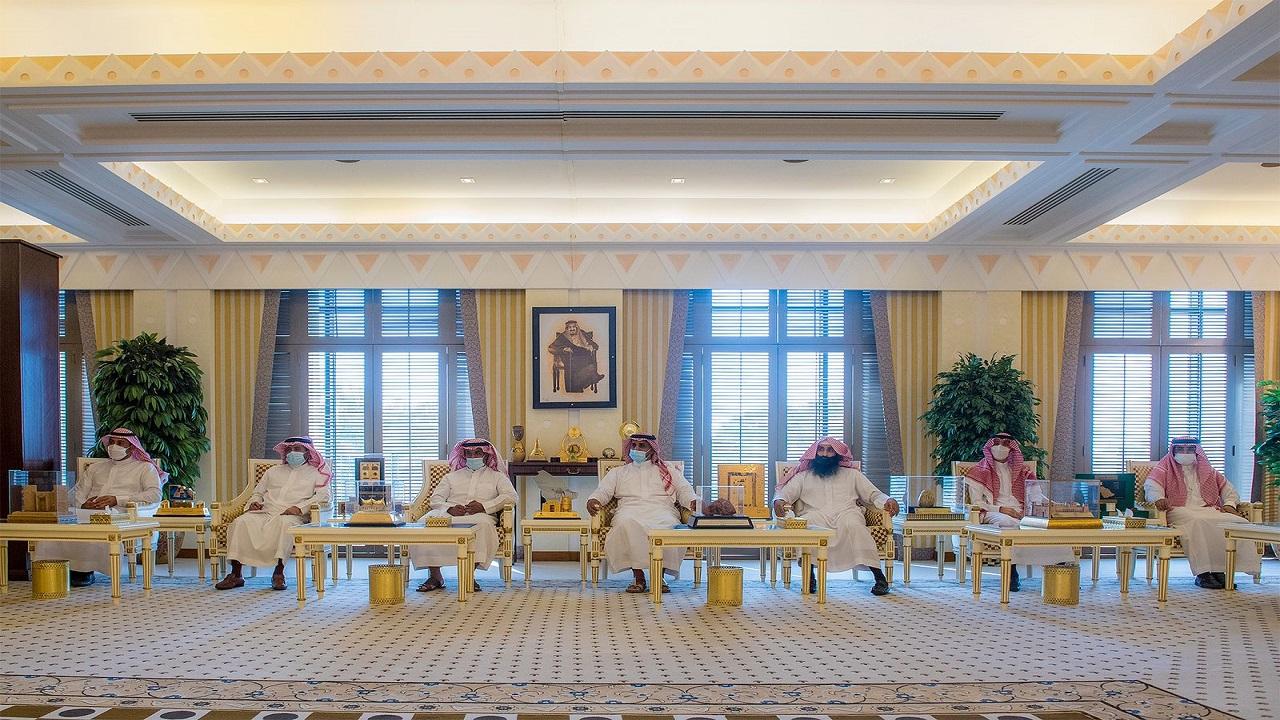 الأمير فيصل بن مشعل يطلع على تقرير مسابقة صقاقير القصيم