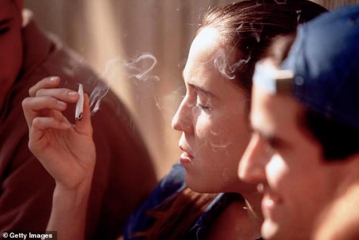Pesquisadores dizem que o uso de maconha em adolescentes está ligado a lutas com raciocínio, memória e inibições mais tarde na vida (imagem do arquivo)