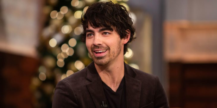 Las raras exigencias de los famosos; Joe Jonas de los Jonas Brothers con traje negro
