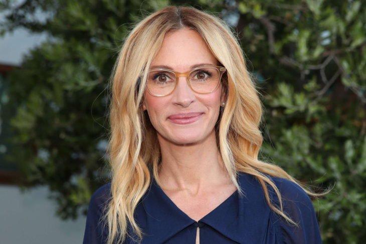 Las raras exigencias de los famosos; Julia Roberts rubia y con lentes de aumento