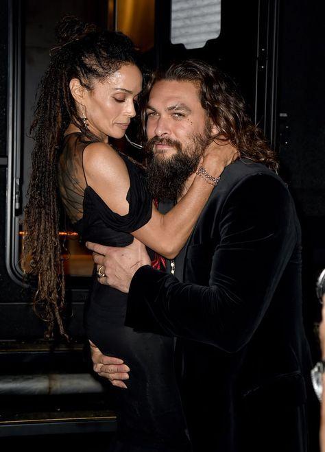 Jason Momoa cargando a Lisa Bonet En premios