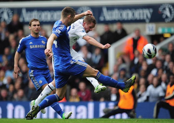 Gylfi Sigurdsson of Tottenham Hotspur fires in a shot past Gary Cahill of Chelsea