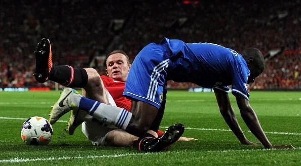 Manchester United's striker Wayne Rooney (L) tackles Chelsea's midfielder Ramires (R)