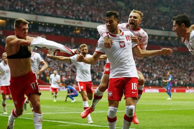 <p>Poland celebrate  Damian Szymanski's last-gasp equaliser against England </p>
