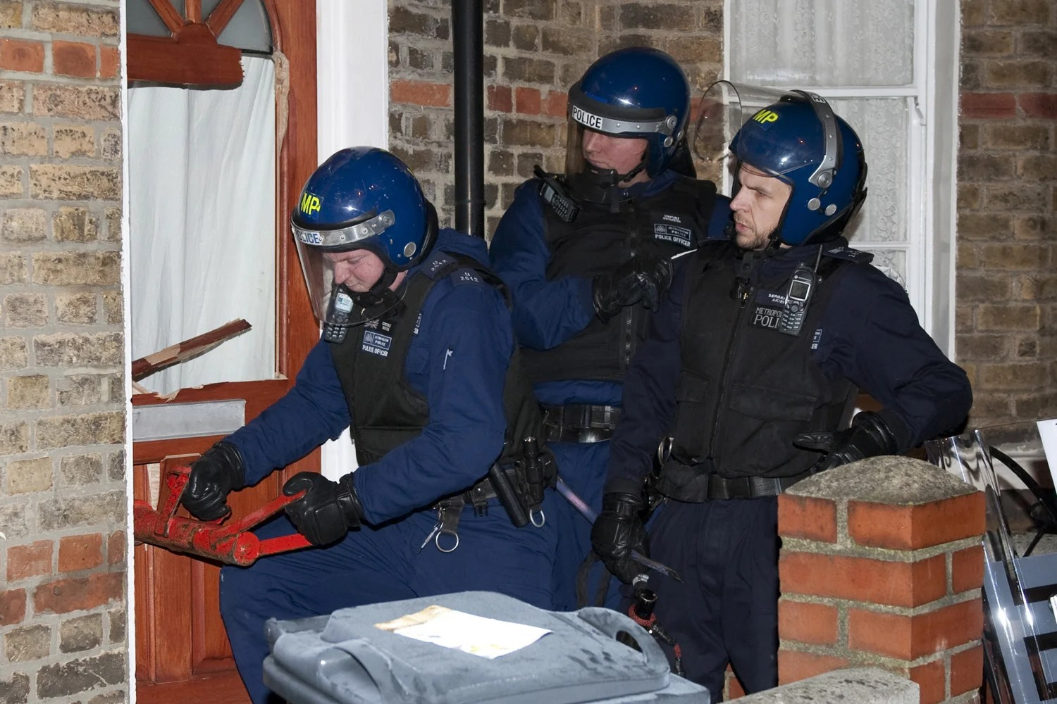 Four hundred police smash Brixton gang in dawn raids and seize 13k in cash and drugs  London