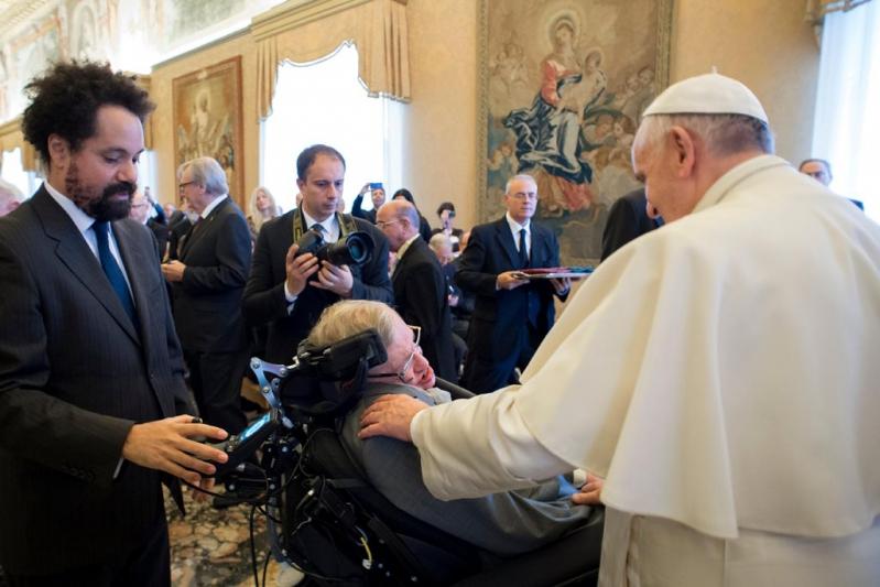 """El astrofísico británico Stephen Hawking y el Papa Francisco participación en el encuentro """"Ciencia y Sostenibilidad"""" en el Vaticano."""