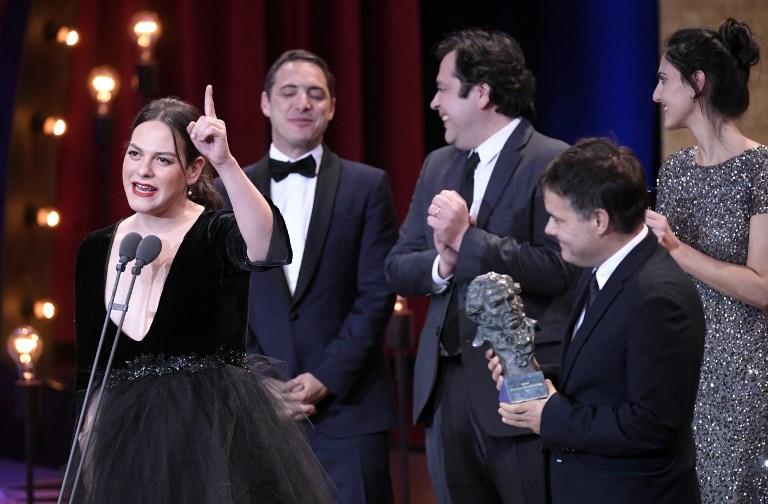 """Daniela Vega y el equipo de """"Una mujer fantástica"""" en la entrega en los Premios Goya, en febrero pasado"""
