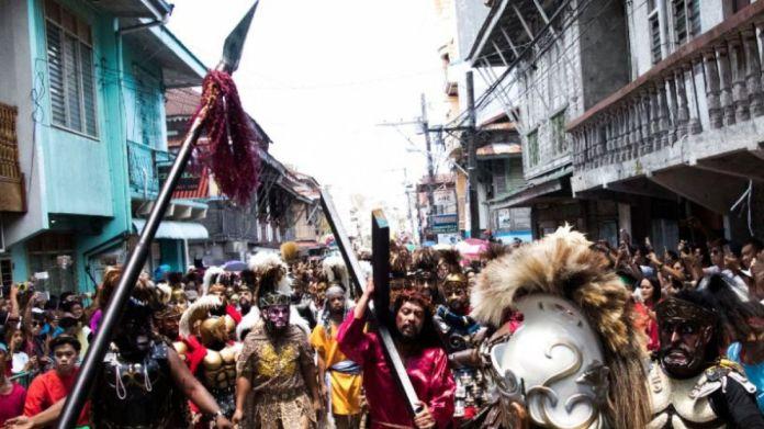 Resultado de imagen para sufrimiento extremo filipinos se flagelan y se crucifican de verdad