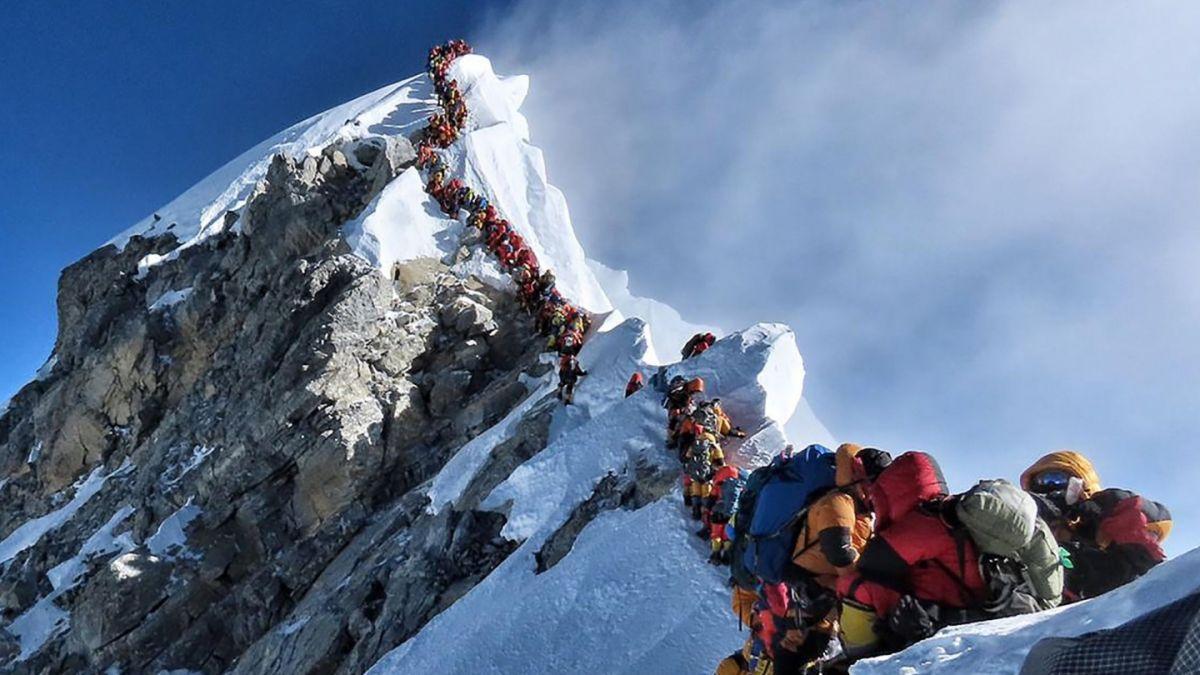 El da en que hubo fila para hacer cumbre en el Everest