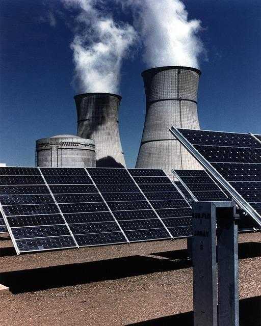 Comme l'indique Priyardarshi Shukla, coprésident du Groupe de travail III, « la limitation du réchauffement planétaire à 1,5 °C et non à 2 °C minimiserait les effets, lourds de conséquence, sur les écosystèmes, la santé et le bien-être des populations, et il serait ainsi plus facile d'atteindre les Objectifs de développement durable (ODD) définis par les Nations Unies ».  Le rapport, dont l'élaboration avait été demandée par les Parties à la Convention-cadre des Nations Unies sur les changements climatiques (CCNUCC) lors de l'adoption de l'Accord de Paris en 2015, est le fruit de la collaboration de 91 auteurs et éditeurs-réviseurs issus de 40 pays.  Élément scientifique clé, le rapport du GIEC sera au cœur de la Conférence sur les changements climatiques (COP 24) qui se tiendra à Katowice, en Pologne, en décembre et lors de laquelle les gouvernements feront le point sur l'Accord de Paris sur les changements climatiques conclu en 2015.  « Selon le nouveau rapport du GIEC, il n'est pas impossible de limiter le réchauffement climatique à 1,5ºC. », a déclaré le Secrétaire général des Nations Unies, António Guterres, sur Twitter après la publication du rapport.  « Mais il faudra une action pour le climat urgente, sans précédent et collective dans tous les domaines. Il n'y a pas de temps à perdre », a prévenu le chef de l'ONU.