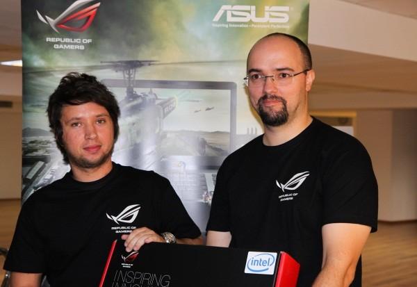 Dan Dragomir, câștigătorul unui nou laptop ASUS, își primește premiul de la Octavian Dunăre
