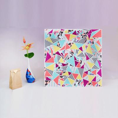 un tableau art deco en triangles decoupes