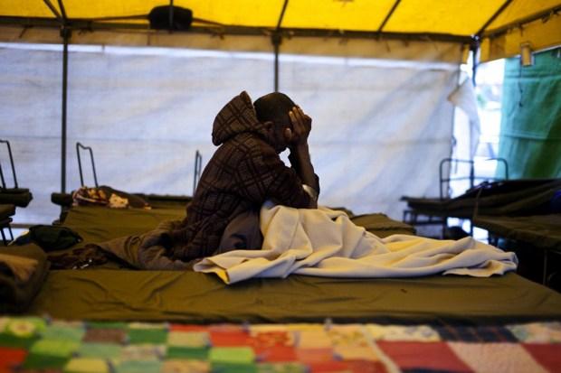Un demandeur d'asile soudanais au parc Levinsky au mois de février (Crédit : Dima Vazinovich/Flash90)
