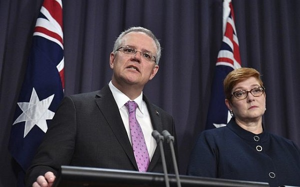 Le Premier ministre Scott Morrison, à gauche, s'exprime devant les médias aux côtés de la ministre des Affaires étrangères Marise Payne au parlement de Canberra, le 16 octobre 2018 (Crédit : Mick Tsikas/AAP Image via AP)