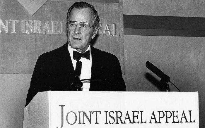 Le président George H.W. Bush s'exprimant en 1993. (Jewish Chronicle/Heritage Images/Getty Images via JTA)