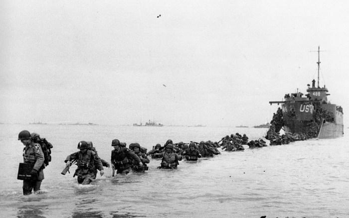 Des renforts américains débarquent dans les jours qui ont suivi le jour-J et l'invasion, par les Alliés, de la France occupée par les nazis en Normandie, pendant la Seconde guerre mondiale, en juin 1944 (Crédit :  AP Photo/Bert Brandt, File)