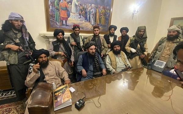 Des combattants talibans prenant le contrôle du palais présidentiel afghan après la fuite du président afghan Ashraf Ghani, à Kaboul, en Afghanistan, le dimanche 15 août 2021. (AP Photo/Zabi Karimi)