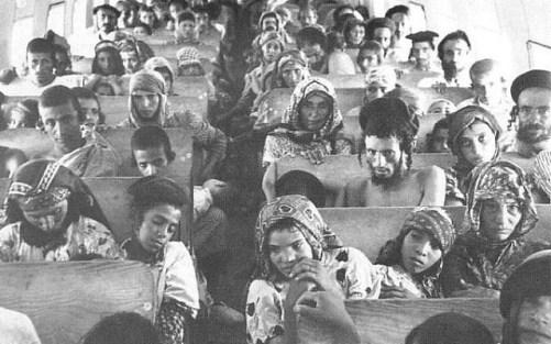 Juifs yéménites à bord d'un avion à destination d'Israël effectuant l'opération du tapis magique, 1949 (crédit photo: Wikimedia Commons)