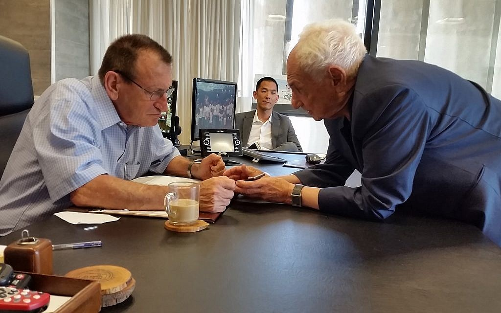 Architect Frank Gehry with Tel Aviv Mayor Ron Huldai discussing the World's Jewish Museum in the mayor's office in Tel Aviv. (Courtesy)