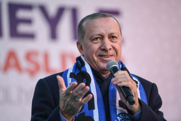 Turkish President Recep Tayyip Erdogan sings his election song before delivering a speech at an election rally in Istanbul's Kasimpasa district, on March 5, 2019 (Ozan KOSE / AFP)
