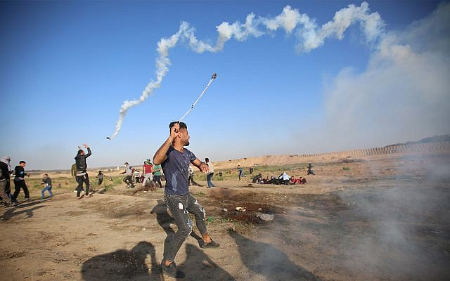 Palestinians riot on the Gaza border, April 12, 2019. (Hassan Jedi/Flash90)