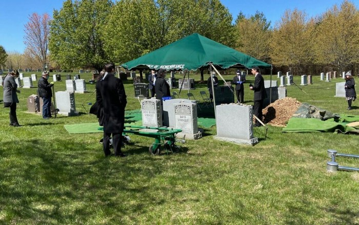 The funeral of Anna Grosz at the Garden of Remembrance Cemetery in Clarksburg, Maryland, on Wednesday, April 22, 2020 (Courtesy).