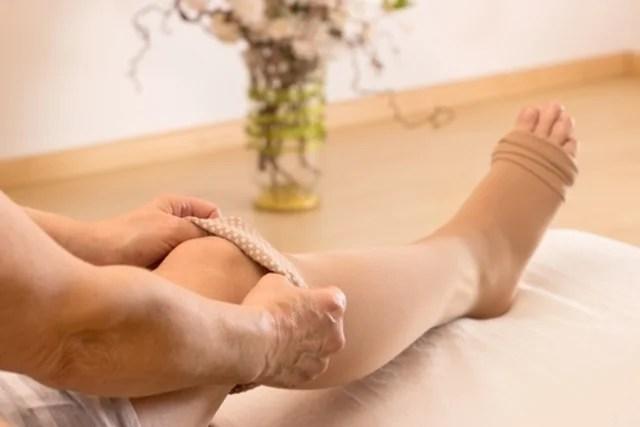 Usar meias de compressão elástica