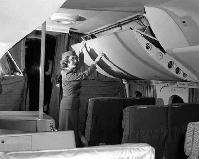 Olha o tamanho deste compartimento para bagagem de mão.