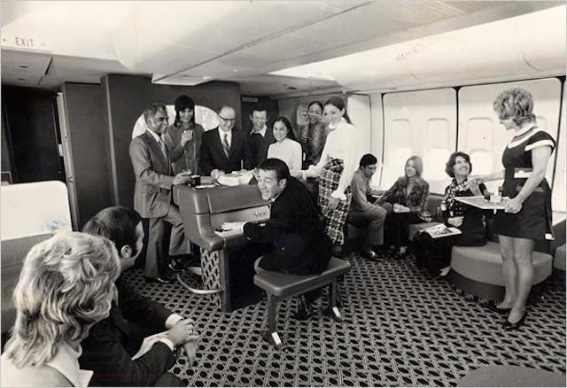 Era comum que muitos aviões tivessem bares com piano.