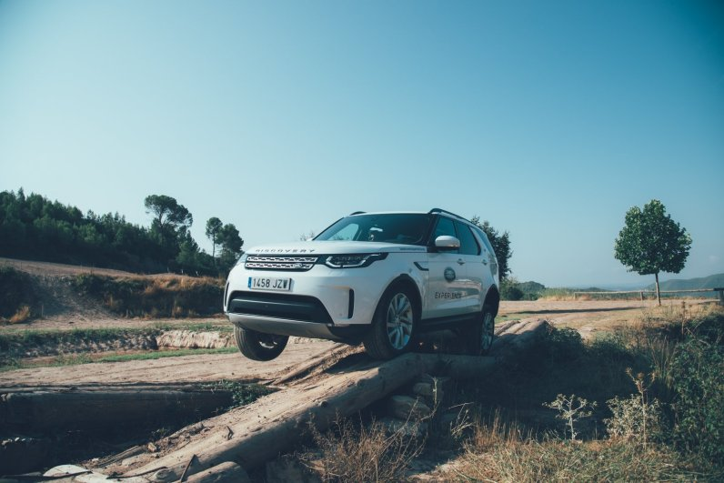 Land Rover Discovery im kurzzeitigem Dreiradmodus