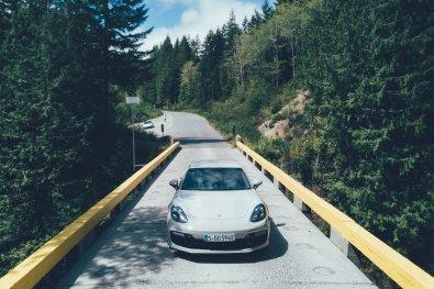 Porsche Panamera Sport Turismo auf der Landstraße
