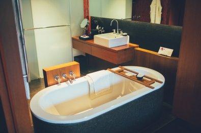 Offenes Hotel-Badezimmer mit Badewanne Anantara Chiang Mai