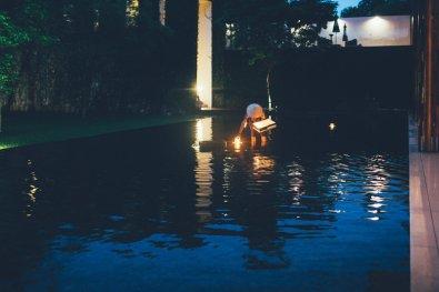 Schwimmlichter im Teich Anantara Chiang Mai