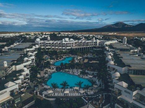 Von oben: Princesa Yaiza Suite Hotel Resort