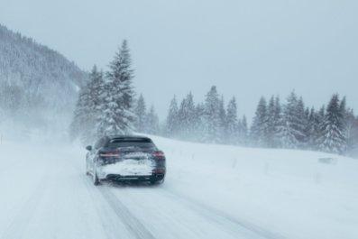 Spuren im Schnee der sportlichen Art
